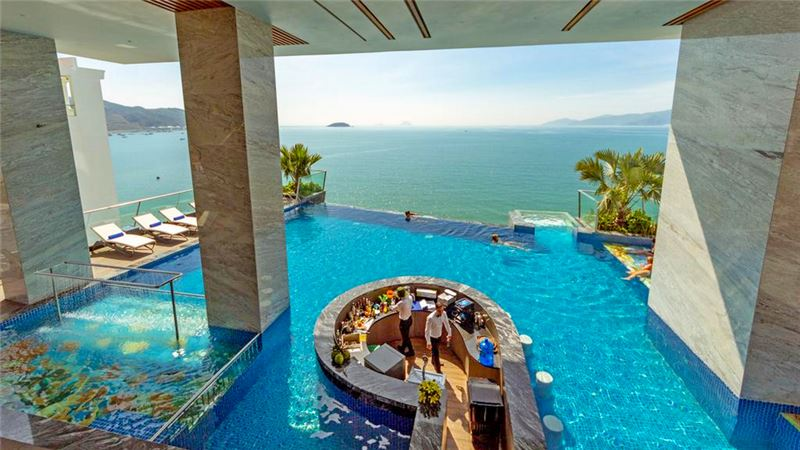 royal-beach-boton-blue-hotel-ve-may-bay-tu-hue-di-nha-trang